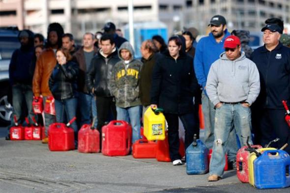 População aprova medida, faz fila em postos, mas deixa carros em casa