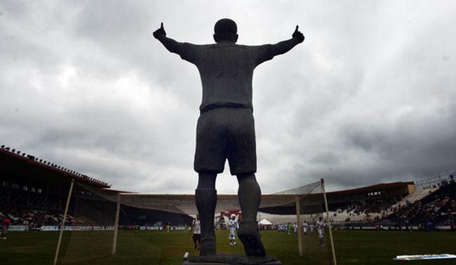 Estátua de Romário busca  fazer mais gols que Rhayner, do Fluminense.