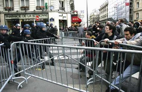 Batalha entre policiais e manifestantes teve que ser travada com um mínimo de distância entre os dois, pois o cheiro era insuportável.
