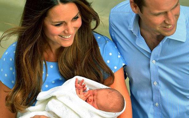 Bebê real mostra, com suas pequenas mãos, o tamanho de sua masculinidade, ao nascer.