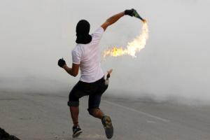 Manifestantes querem curso do Senai para aprimorarem técnicas de lançamento de coquetel molotov.