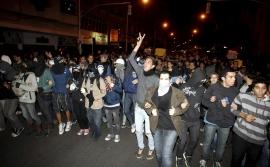 Vândalos saem às ruas e pedem a verdade sobre paradeiro da torcida do Botafogo.