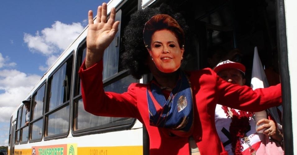 Dilma confirma presença na próxima manifestação, usando sua própria máscara.