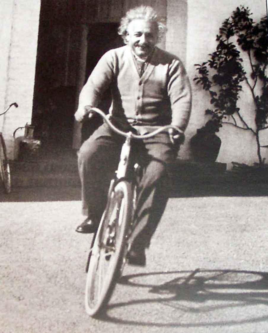 Prevendo o engarrafamento infinito em  fórmulas matemáticas, Einstein já buscava soluções para neutralizar a ação do fenômeno.