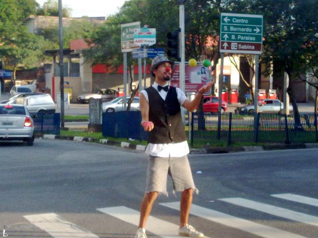 Imagem mostra Black Bloc na manifestação com pedras na mão, pronto para vandalizar, segundo coordenação do movimento.