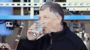 Bill Gates prova água proveniente de tela azul produzida ao tentar imprimir um arquivo