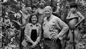 Sempre que pediu a outros para tirar suas fotos, Sebastião salgado se frustrava. Nesta, que não pode ser aproveitada, o índio à direita mexe no suvaco e estraga a cena.